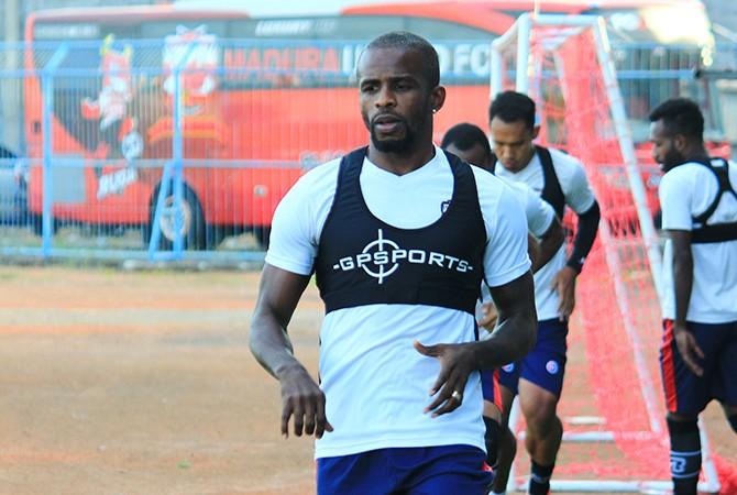 MULAI TAJAM: Penyerang Madura United Greg Nwokolo menjalani sesi latihan di Stadion Gelora Bangkalan beberapa waktu lalu.