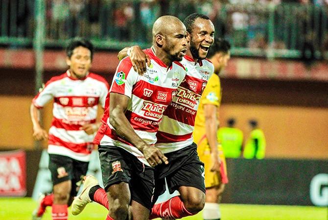 KIAN TAJAM: Greg Nwokolo dan Engelberd Sani melakukan selebrasi usai mencetak gol ke gawang Mitra Kukar.