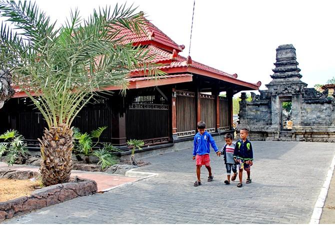 VISIT MADURA: Bocah berada di kawasan wisata Makam Rato Ebu, Kampung Madegan, Kelurahan Polagan, Sampang.