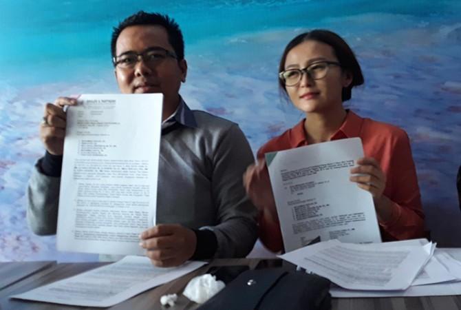 GUGAT: Advokat Sholeh and Partners menunjukkan berkas gugatan yang dilayangkan ke MK yang dilakukan lima PNS di Bangkalan, Selasa (16/10).
