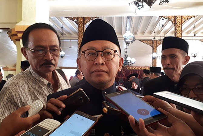 BERI KETERANGAN: Bupati A. Busyro Karim memberi keterangan kepada awak media di Pendapa Agung Sumenep.