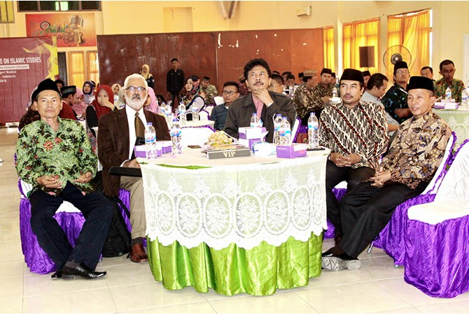 SATU SEMANGAT: Rektor IAIN Madura Dr. H. MohammadKosim, M.Ag. (paling kanan) bersama pemateri Iconis 2018, Sabtu (27/10).