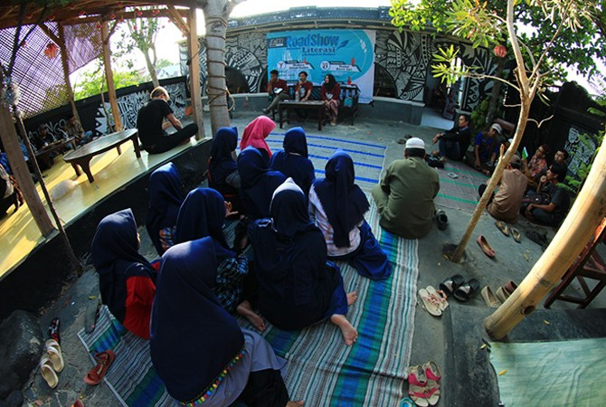 SANTAI: Sivitas Kotheka menggelar road show literasi bertajuk Tidak Menjadi Madura di Kancakona Kopi, Jalan Lingkar Barat, Kota Sumenep.