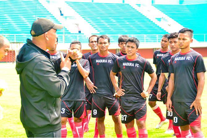 BERI ARAHAN: Pelatih Madura FC Salahuddin memberikan arahan kepada seluruh pemain sebelum laga.