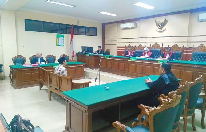TEGANG: Mantan anggota DPRD Bangkalan Ahmad Safrudin saat menghadiri sidang di Pengadilan Tipikor Surabaya.