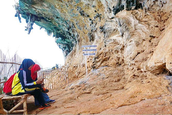 INDAH: Pengunjung menikmati keindahan wisata Batu Canggah, Dusun Baniteng, Desa Bancamara, Pulau Giliiyang, Kecamatan Dungkek, Senin (12/11).