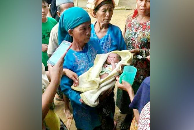 BERKUMPUL: Bayi laki-laki berselimut kain kuning menyedot perhatian warga Dusun Grunggungan Barat Desa Bulmatet pada Minggu (18/11).