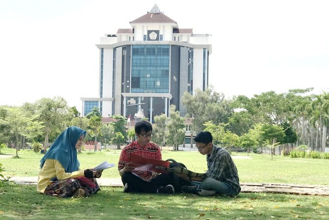 PATUT DICONTOH: Dari kiri, Farahdiya Yasmine, Moch. Syahfudin, dan Dicky Igit Darmawan saat diwawancarai JPRM di UTM Senin (19/11).