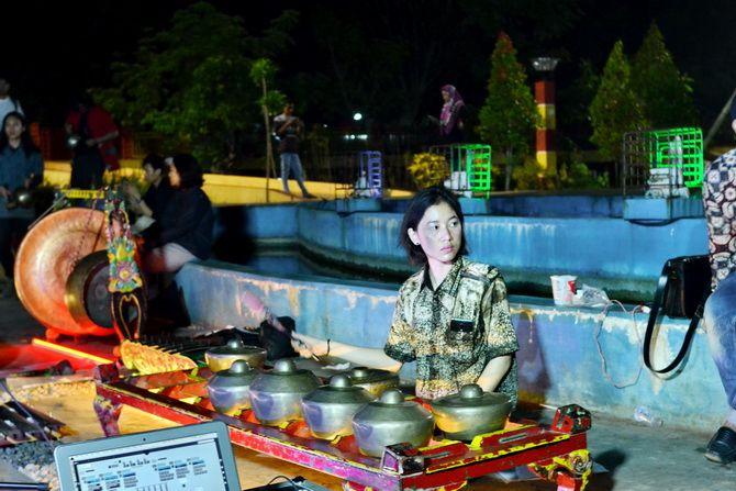 EKSOTIS: Salah satu musisi ICGE saat tampil di Taman Paseban, Bangkalan, Sabtu malam (24/11).