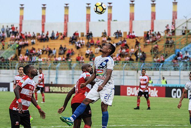 MENUTUP RUANG GERAK: Para pemain Madura United dikawal barisan belakang PSIS Semarang