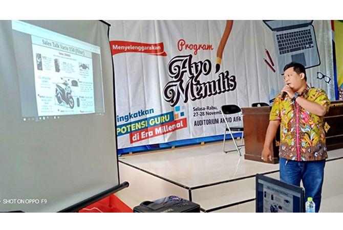 SEMANGAT: Wienusy Bagus Sasmito selaku pimpinan Honda mempromosikan program Honda kepada peserta Ayo Menulis.