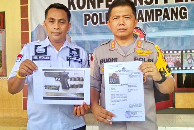 BERBAHAYA: Kapolres Sampang AKBP Budi Wardiman didampingi Kasatreskrim AKP Hery Kusnanto kemarin menunjukkan surat edaran penetapan DPO penjual pistol yang digunakan Idris menembak Subaidi.