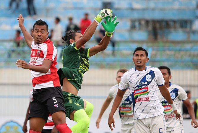 HARUS PERCAYA DIRI: Pemain Madura United Munhar berusaha menyundul bola pada laga lanjutan Liga 1 beberapa waktu lalu.