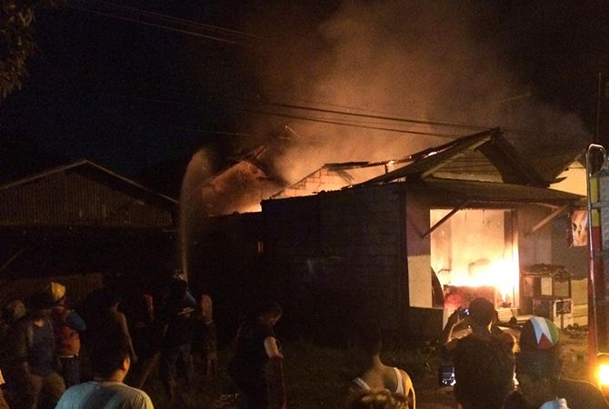 LUDES: Kobaran api menghanguskan Toko Yaman di Jalan Halim Perdanakusuma, Bangkalan,Minggu malam (2/12).