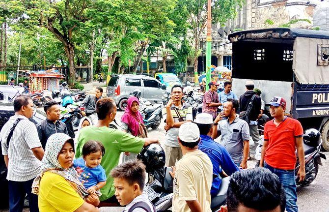 TAK GENTAR: Puluhan PKL Arek Lancor berkumpul menolak penertiban yang dilakukan Satpol PP Pamekasan.
