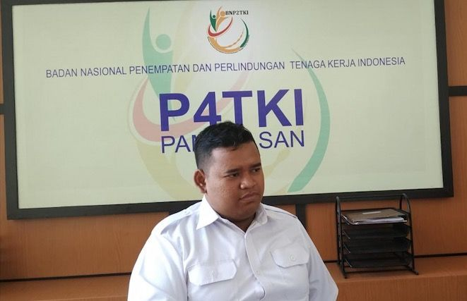 BEBER DATA: Staf P4TKI Pamekasan Hozimin saat ditemui RadarMadura Rabu (5/12) pukul 11.00.