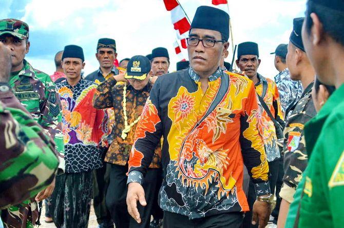DISAMBUT MERIAH: Sejumlah siswa SD menyambut rombongan Bupati Sumenep A. Bussyro Karim.