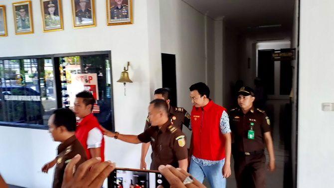 DITAHAN: Dua tersangka korupsi Pasar Pragaan, Babur Rahman dan Koko Andriyanto dikawal petugas Kejari Sumenep sebelum ditahan di Rutan Kelas II-B Sumenep.