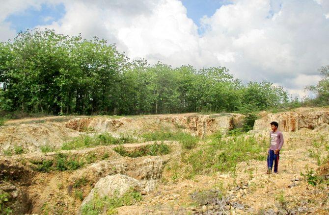RUSAK LINGKUNGAN: Warga berada di lahan bekas pertambangan galian C di Kecamatan Camplong.