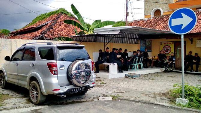 PEMILIKNYA BURON: Mobil yang sering digunakan Hasan Ambon diamankan di Mapolres Sampang.