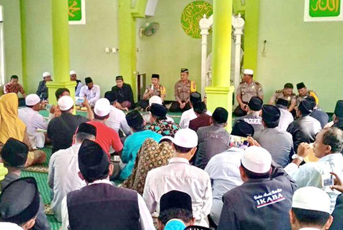 KAWAL KASUS SUBAIDI: Ratusan alumnus Pondok Pesantren Mambaul Ulum Bata-Bata Pamekasan ditemui Kapolres Sampang AKBP Budi Wardiman di masjid polres.