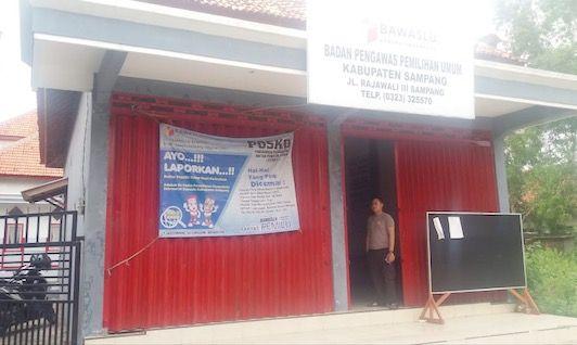 LENGANG: Karyawan berjaga di depan kantor Bawaslu Sampang.