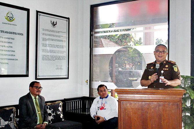 BERWIBAWA: Kajari Sampang Setyo Utomo memberikan sambutan dalam peringatan Hari Antikorupsi Sedunia.
