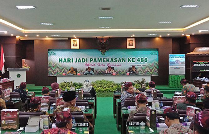 BERSAHAJA: Ketua DPRD Pamekasan Halili Yasin memimpin rapat paripurna istimewa pada Hari Jadi Ke-488 Pamekasan.