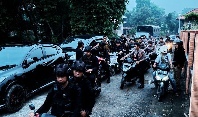 GREBEK : Anggota polisi membawa sejumlah kendaraan yang diamankan di Kampung Tapel, Desa Parseh, Kecamatan Socah, Bangkalan, Jumat (14/12).