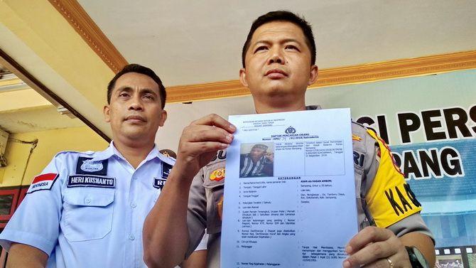 MULAI DIRAGUKAN: Kapolres Sampang AKBP Budi Wardiman saat menunjukkan foto DPO kasus kepemilikan senpi beberapa waktu lalu.