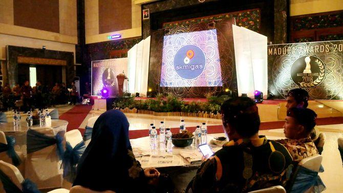 ELEGAN: Stage dan dekorasi Terumbu Karang Production dengan Sanggar Tarara pada ajang Madura Awards 2018 di Gedung Rato Ebuh Bangkalan Jumat malam (21/12).