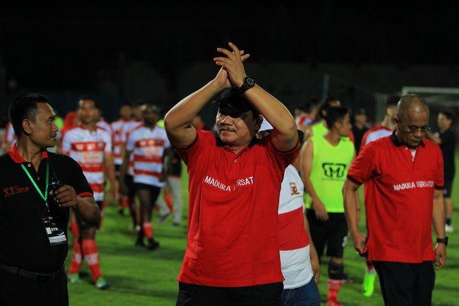 DEMI MADURA: Presiden klub Madura United Achsanul Qosasi ketika menyapa supporter.