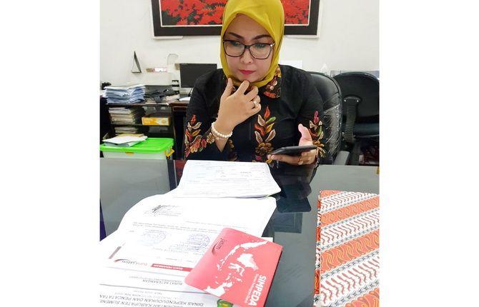 DIKELUHKAN: Penyelia Teller Bank Jatim Sumenep Ratih Pramastiwi yang bersikukuh menolak surat keterangan pengganti KTP sementara tidak berlaku.