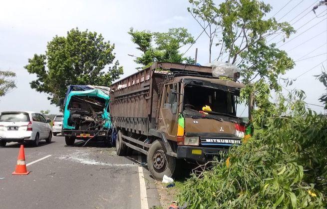 MELINTANG : Badan kendaraan truk fuso yang terlibat laka belum di evakuasi di Desa Taman, Kecamatan Jrengik, Sampang, Sabtu (29/12).