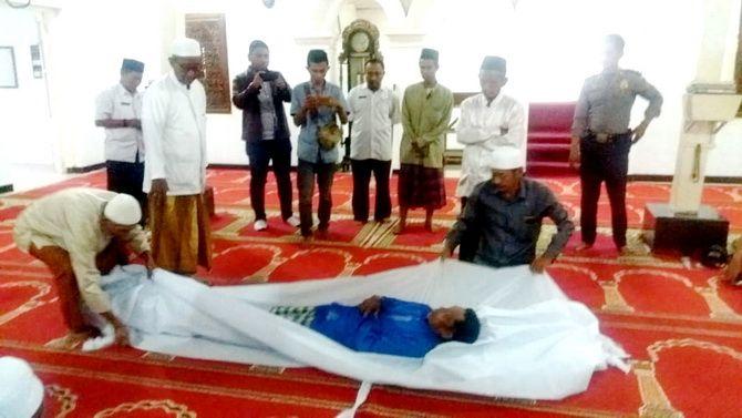 JADI SOLUSI: Dua warga Desa Pangereman Kecamatan Ketapang sedang melakukan sumpah pocong di Masjid Madegan.