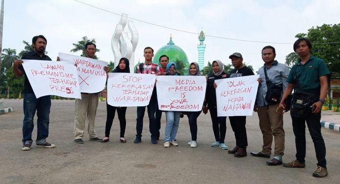 KECAM: Sejumlah jurnalis di Pamekasan menggelar aksi solidaritas mengecam premanisme yang terjadi pada wartawan.