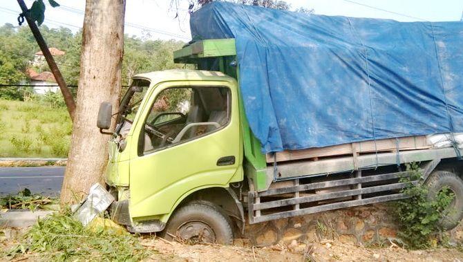 HILANG KENDALI: Truk menabrak pohon pada Jumat (11/1) pukul 14.00.