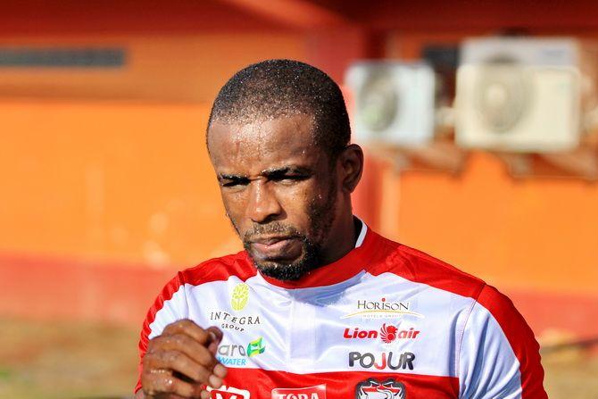 SEGERA TURUN LAPANGAN: Penyerang Madura United Greg Nwokolo ketika berlatih di Stadion Gelora Ratu Pamelingan, Pamekasan, beberapa waktu lalu.