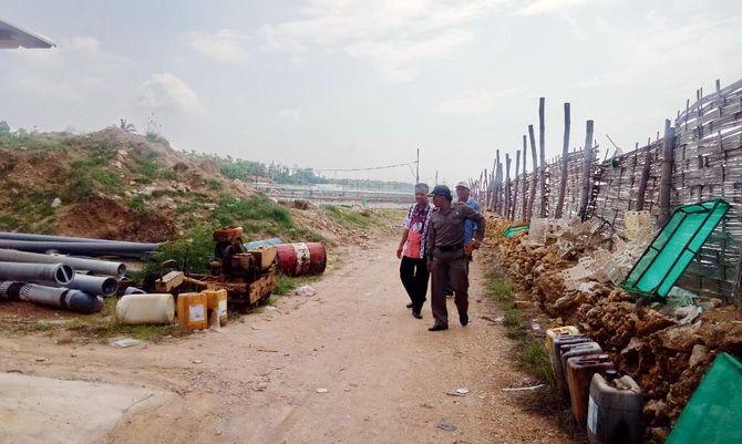 HARUS DITUTUP: Anggota Satpol PP Sumenep saat menyisir lokasi tambak udang ilegal di Desa Pakandangan Barat, Kecamatan Bluto, beberapa waktu lalu.