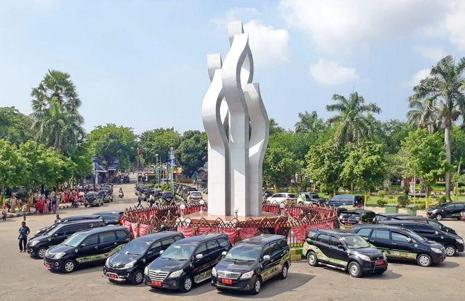 IKONIK: Mobil dinas pejabat diparkir melingkari Tugu Arek Lancor, Pamekasan, Senin (7/1).