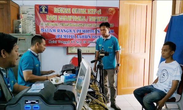 SIGAP: Petugas dispendukcapil saat melakukan perekaman e-KTP kepada warga binaan Rutan Klas II A Pamekasan.