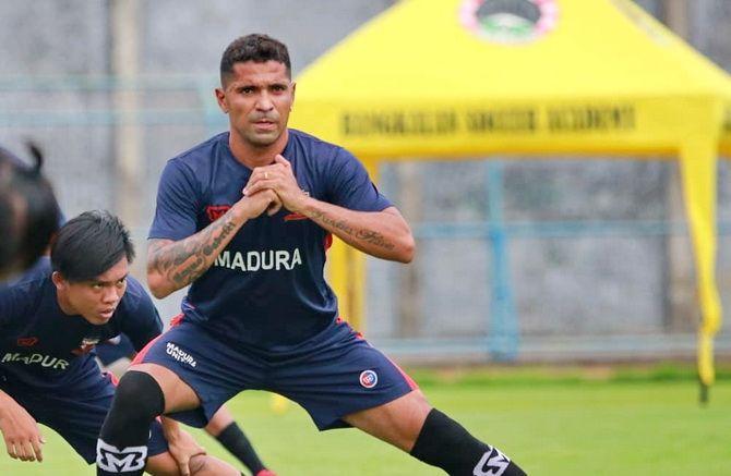 FOKUS: Striker anyar Madura United Beto Goncalves dalam latihan perdananya di Stadion Gelora Bangkalan kemarin.