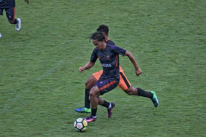 TEMPEL KETAT: Penggawa Madura United saat menjalani laga uji coba kemarin.