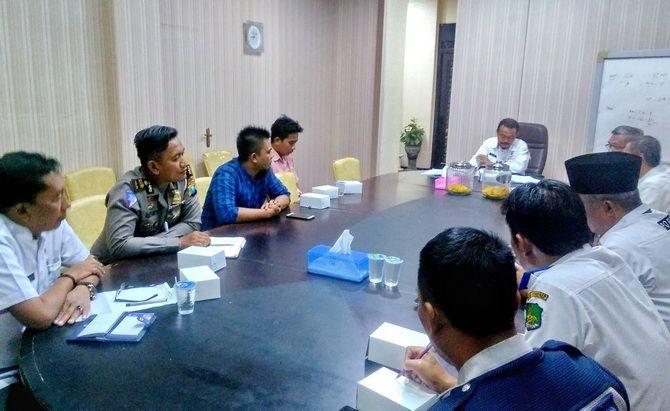 BERUNDING: Sekkab Sumenep Edy Rasiyadi memimpin rapat pengelolaan car free day bersama kru JPRM dan perwakilan Polres Sumenep kemarin.