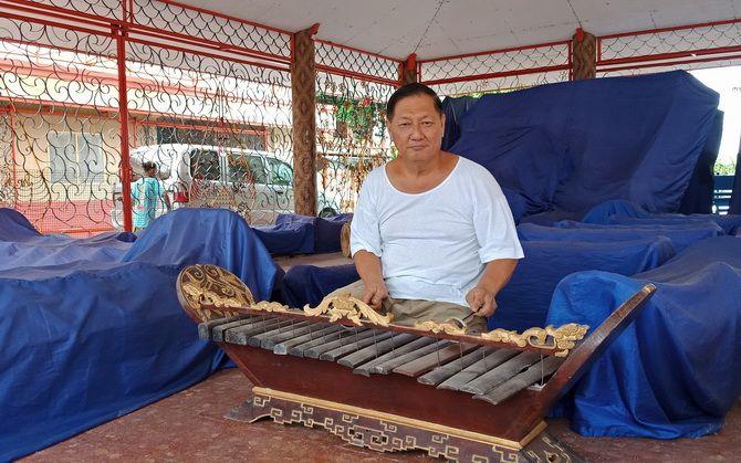 MERDU: Ketua Yayasan Vihara Avalokitesvara Kosala Mahinda memainkan gamelan yang usianya mencapai 300 tahun, Kamis (31/1).