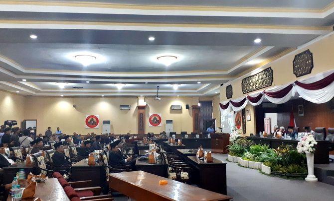 TIDAK PENUH: Anggota DPRD Sumenep mengikuti sidang paripurna beberapa waktu lalu.