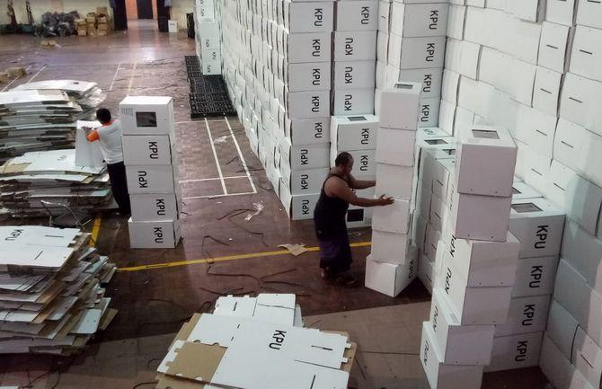 SEMANGAT: Pekerja mempersiapkan logistik pemilu di GOR Sultan Abdul Kadirun (Saka) Bangkalan kemarin.