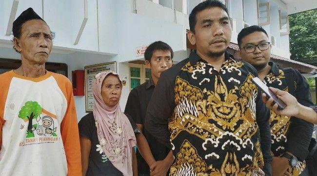 CARI KEADILAN: Padla didampingi istri dan pengacara usai mengajukan gugatan perdata, Senin (11/1).