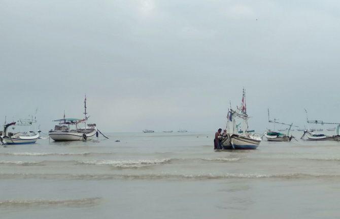 KERJA KERAS: Nelayan berada di sekitar perahu yang ditambatkan di pesisir pantai Desa Ketapang Barat, Kecamatan Ketapang, kemarin.