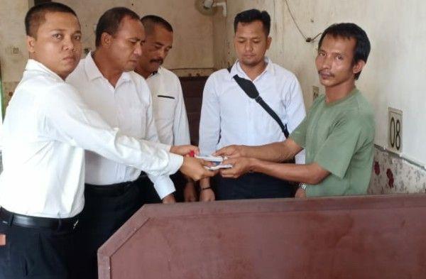 TAK BERKUTIK: Mulyadi saat ditangkap polisi di warnet Singa.net.